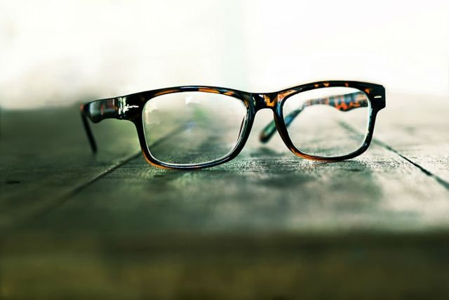 un paio di occhiali da vista