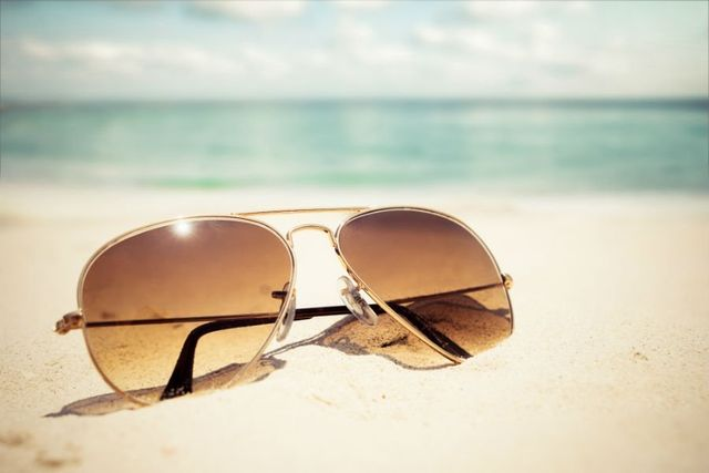 un paio di occhiali da sole