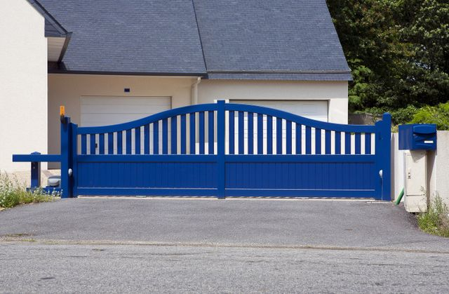 un cancello automatico a battente blu