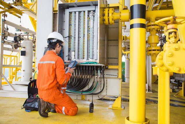 tecnico analizza un impianto elettrico industriale