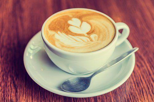Cappuccino in una tazza bianca