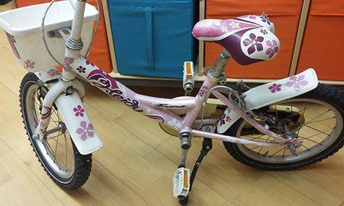 una bicicletta da bambina di color bianco e viola