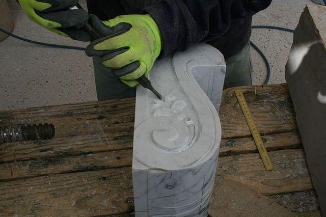 Mano esculpiendo un pezzo di marmo