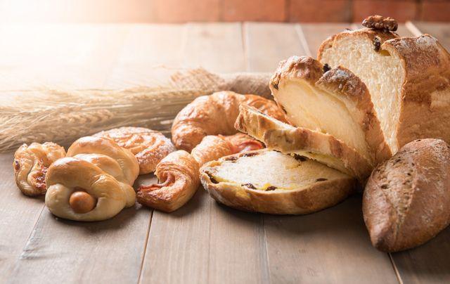 un assortimento di diversi tipi di pane