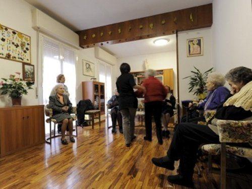 una sala con anziani