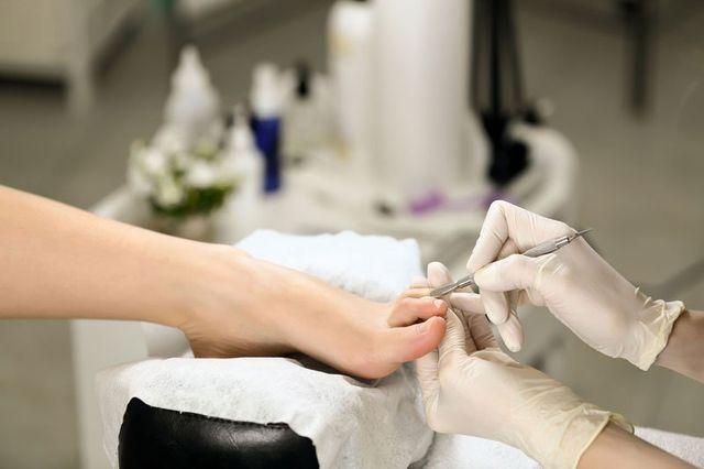 Donna che riceve cuticola in manicure Salone di pedicure