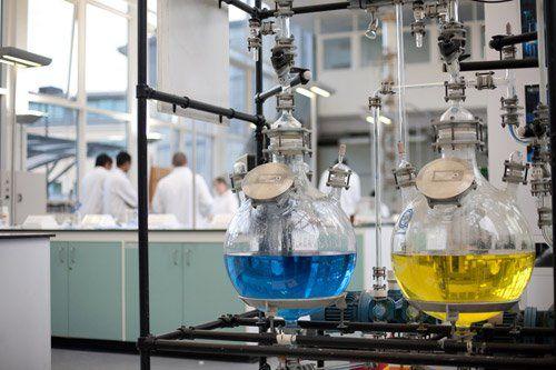 boccette contenenti liquido chimico all'interno di un laboratorio
