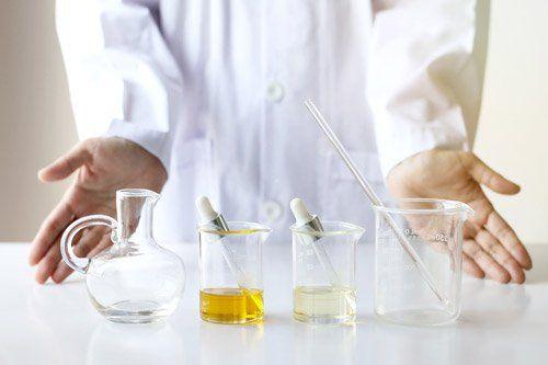 scienziato mostra gli utensili del laboratorio