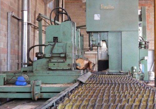 macchinari per il taglio del legno all'interno di una azienda