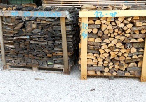 due grandi cataste di legname poste in un cortile