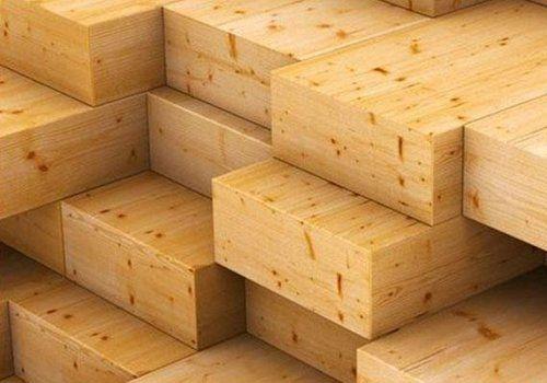 una pila di travi di legno squadrati
