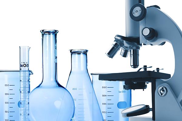 Delle provette,ampolle, becher e microscopio