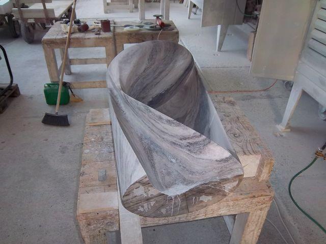l'immagine ritrae una scultura in marmo