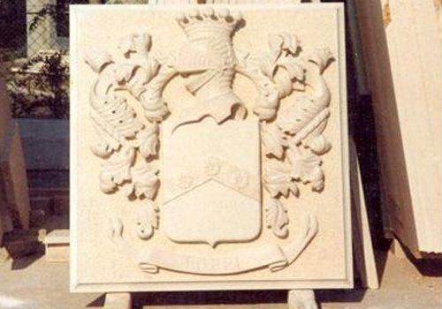 l'immagine ritrae una scultura in marmo di uno stemma