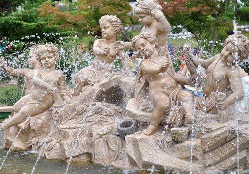 l'immagine ritrae una fontana in marmo con angeli