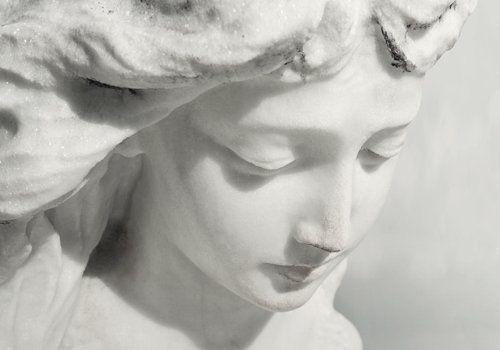 scultura in marmo che ritrae viso di donna