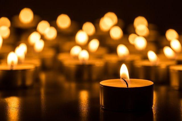 La luce dorata di fiamma di candela