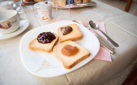 Tris di fette biscottate con marmellata