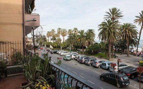 Una terrazza dell'hotel con vista sul lungomare