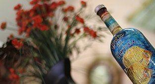 Bottiglia dipinta a mano con pesci e il nome del ristorante