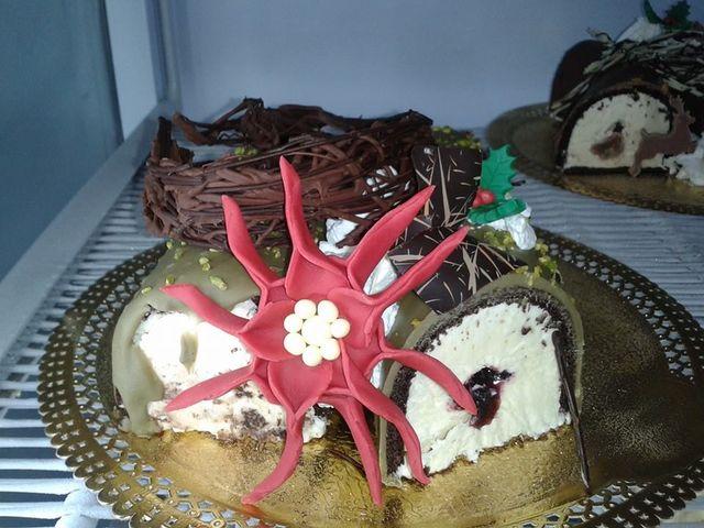 torta gelato con cioccolato, panna e una stella rosa di zuccherocon dentro delle perle bianche