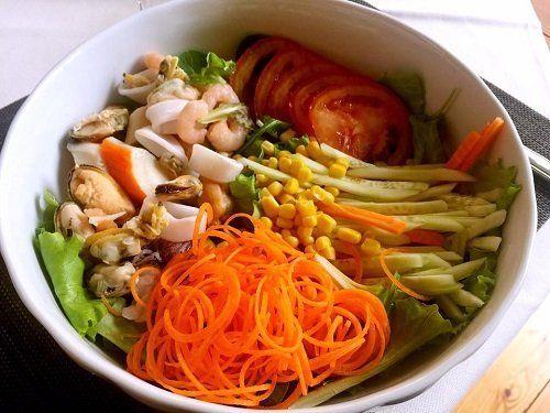 un insalata con gamberi e cozze