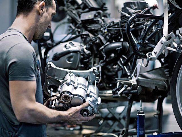 meccanico che ripara moto