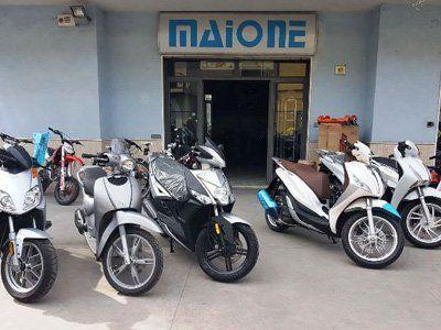 motociclette parcheggiate davanti all`autofficina