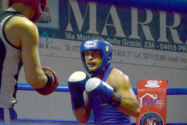 Due pugili con tenuta e caschetto blu durante un incontro