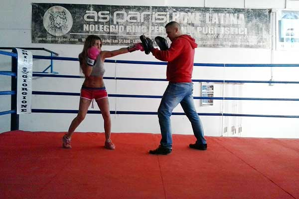 un uomo con una felpa rossa con una donna su ring