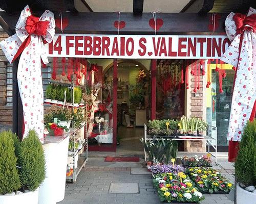 Foto della floristeria e l'annuncio del giorno di S. Valentino