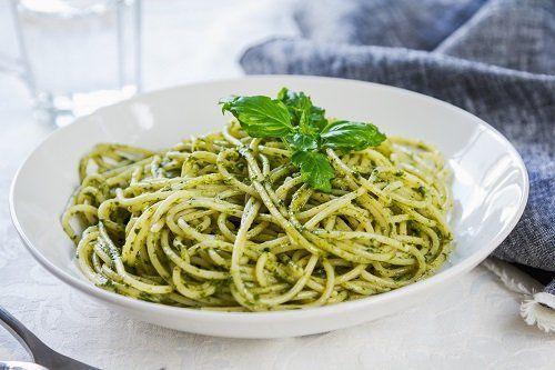 un piatto di spaghetti al pesto