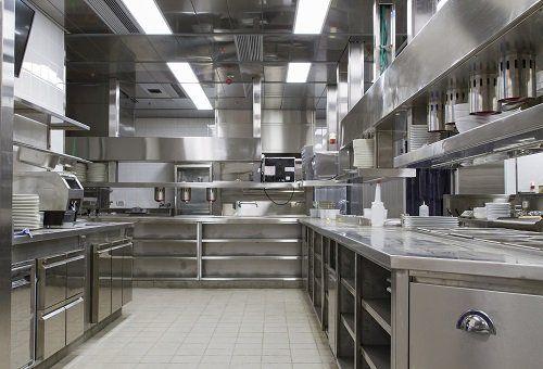 una cucina professionale in acciaio inox
