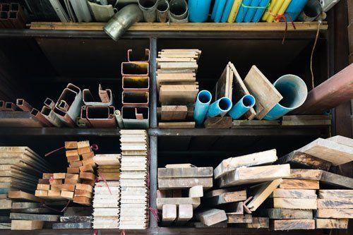 delle liste di legno,tubi di plastica e ferro