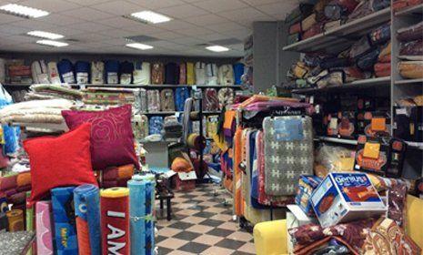 vista interna di un negozio con prodotti tessuti