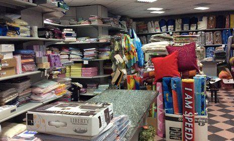vista laterale di un negozio con prodotti tessuti