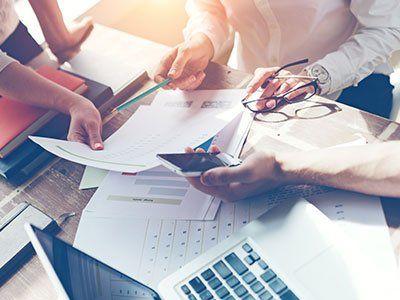 Professionisti valutano dei documenti durante una riunione