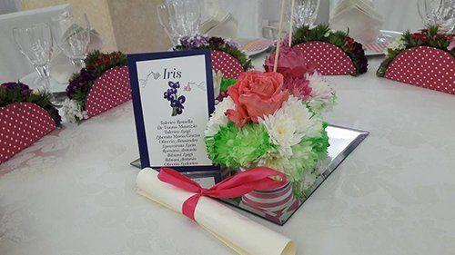 tavolo riservato  con composizione floreale al centro