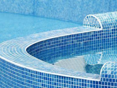 Piscina e muro di piscina fatti con mosaici blu