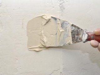Applicando stucco per la parete