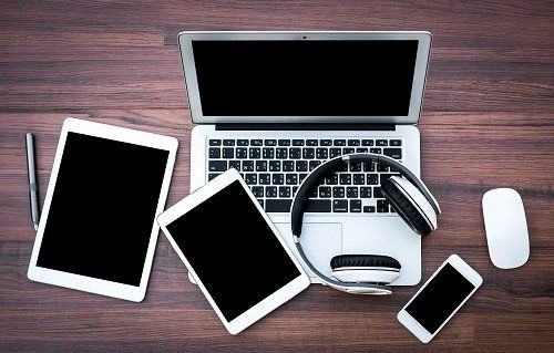 un portatile,un tablet,uno smartphone e delle cuffie