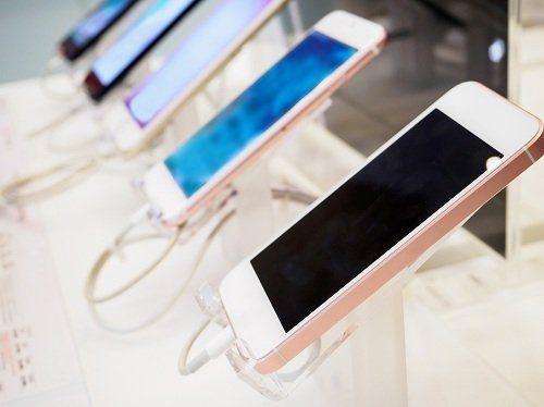 degli smartphone esposti in un negozio