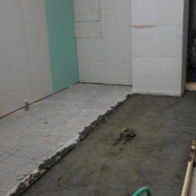 vista di una pavimentazione con in parte cemento fresco e in parte piastrelle