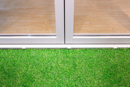 vista esterna di una porta con erba sintetica