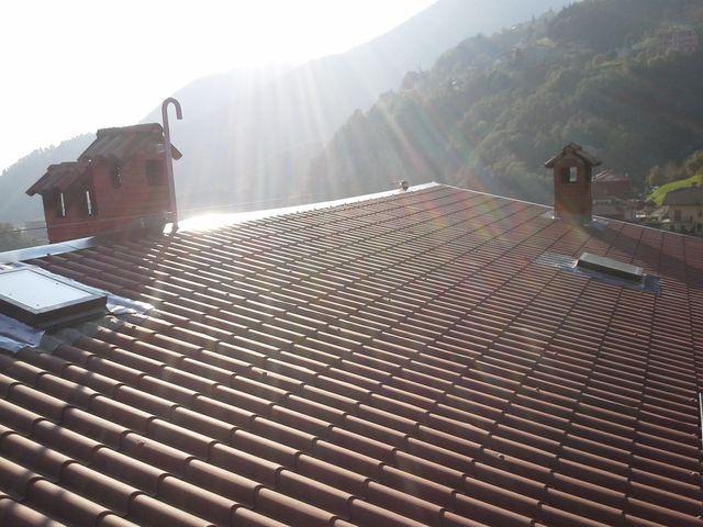 tetto con tegole e comignolo