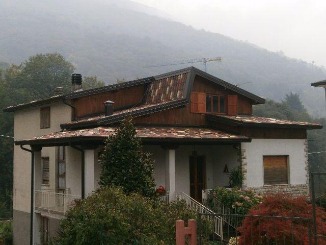 casa di montagna con tetto a tegole rosse e bianche