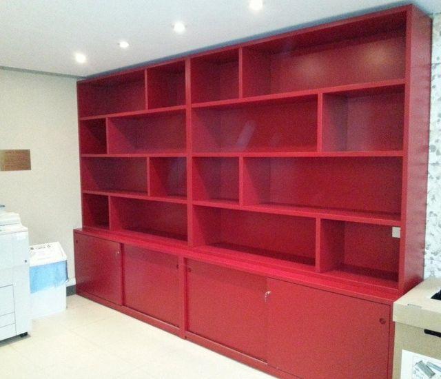 scaffale rosso in legno con mobili casa