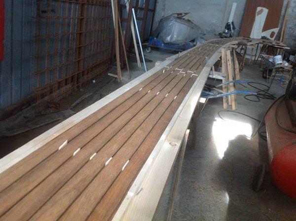 Lavorazione dei pavimenti in legno di una barca