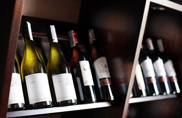 varie bottiglie di vino in una mensola