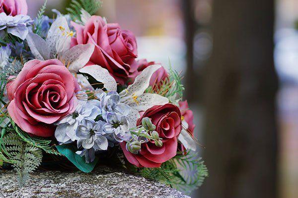 un bouquet di rose rosa e altri fiori